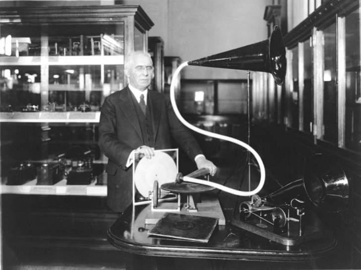 كيف تم اختراع أول ميكرفون؟