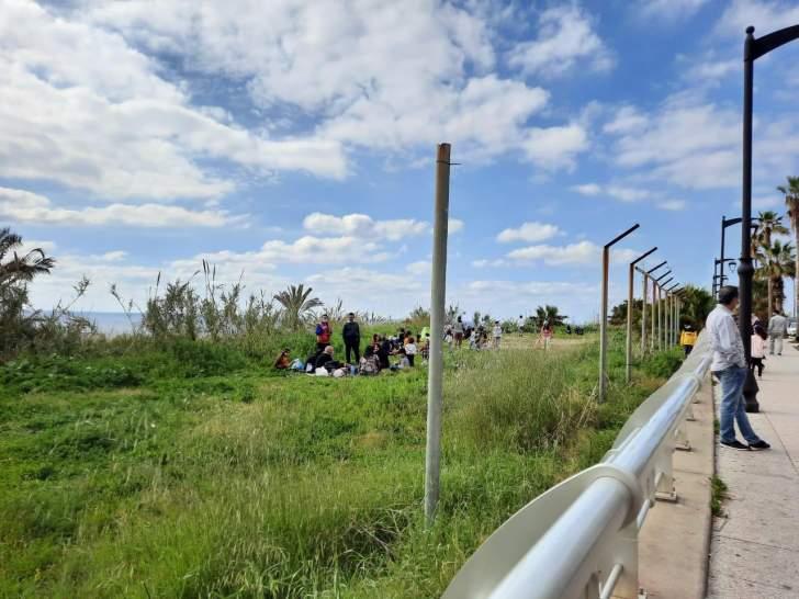لقطة اليوم: جانب الطريق تحول إلى بارك للطعام والنرجيله