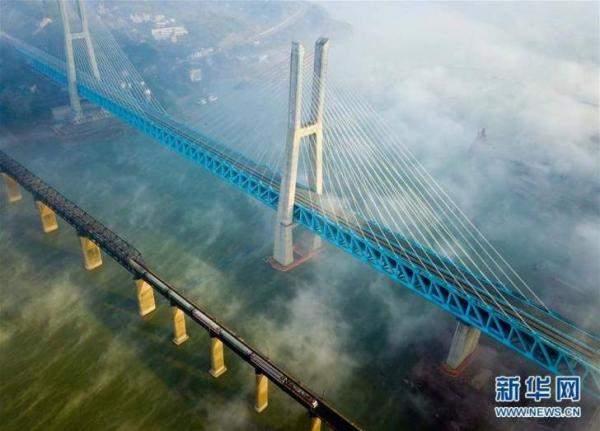 بالصور .. الصين تنجز أول جسر معلق من طابقين في العالم !