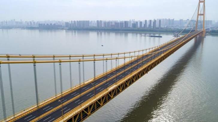 الصين تفتتح أطول جسر معلق في العالم يتكون من طابقين