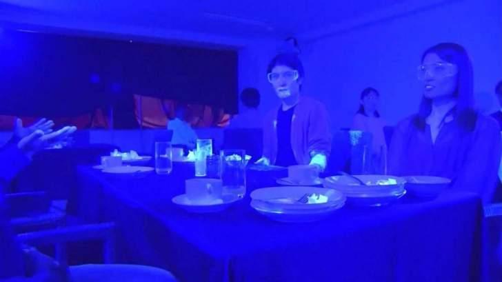 تجربة الأشعة فوق البنفسجية تُظهر سرعة انتشار كورونا في المطاعم