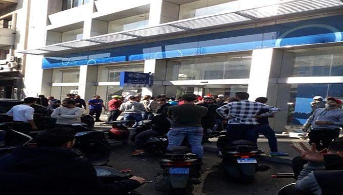 محتجون يقفلون المؤسسات العامة والدوائر الرسمية والمصارف في طرابلس
