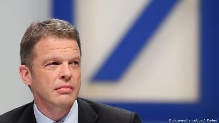 """الرئيس التنفيذي لمجموعة """"دويتشه بنك"""" يقترضمبلغاً مالياً من سائقه"""
