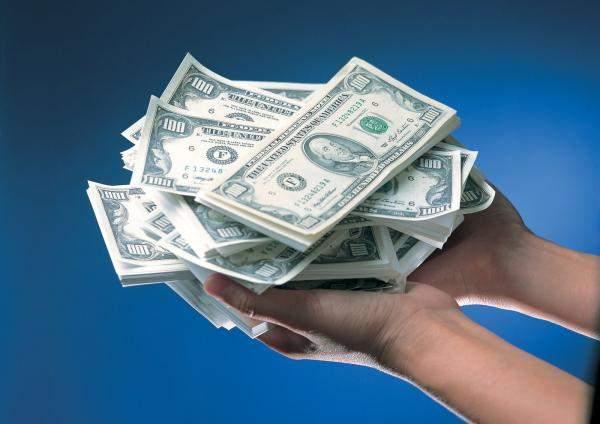 """سياسة """"تقنين السحوبات بالدولار"""" تعمم الفوضى والاضطراب في المصارف"""