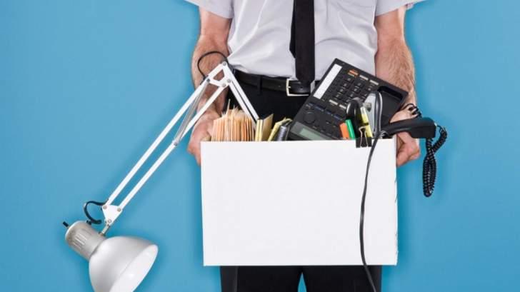 ما الحالات التي تجيز لرب العمل فصل الموظف دون تعويض أو علم مسبق؟