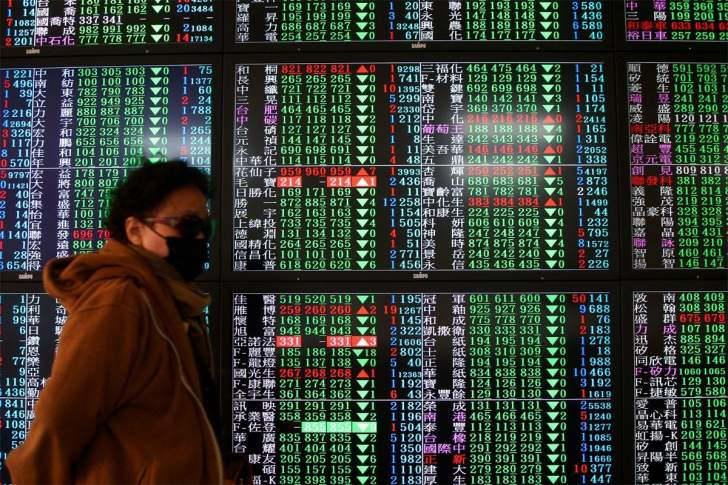 الأسهم الصينية تتراجع قبيل إعلان حزمة تحفيزات لدعم الاقتصاد