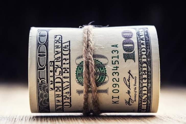 الدولار يتمسك بمكاسبه أمام العملات العالمية وسط عزوف عن المخاطرة
