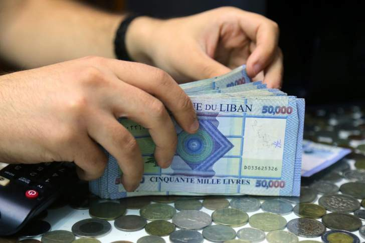 الدولار يصعد مجدداً إلى 13 ألف ليرة وسط قلق من تسارع الانهيار