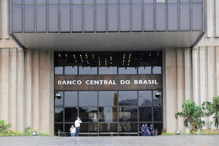 """""""المركزي البرازيلي"""" يخفض سعر الفائدة القياسي إلى 2%"""