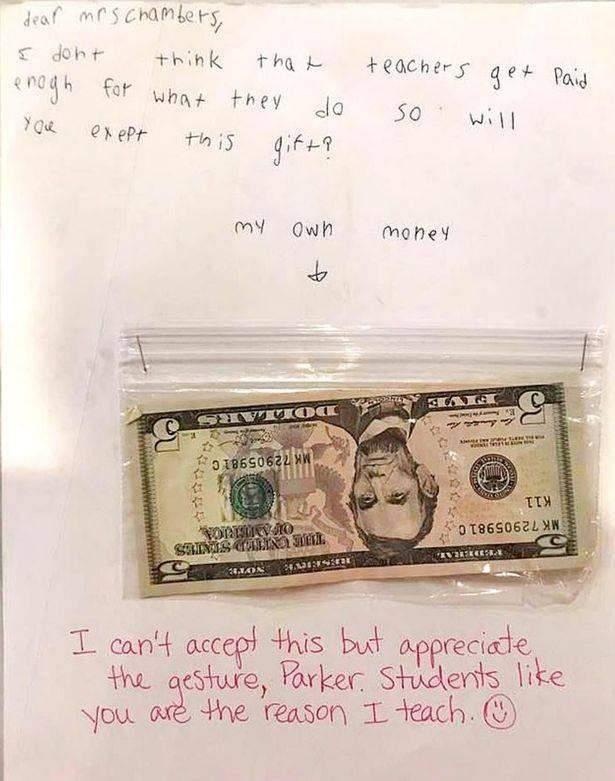15 دولار هدية منطفل لمعلمته... والسبب؟