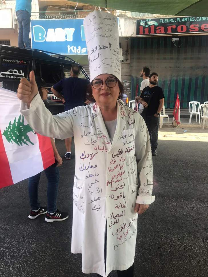 لقطة اليوم: متظاهرة حولت ملابسها إلى يافطة تضمنت كل المطالب
