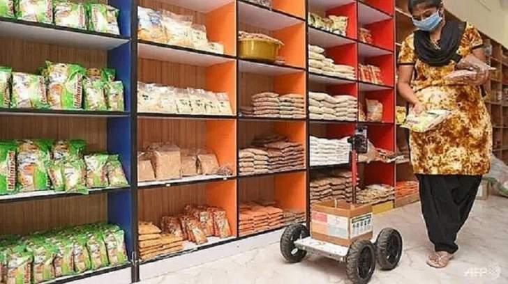 روبوت من الورق المقوى للتسوق في زمن كورونا