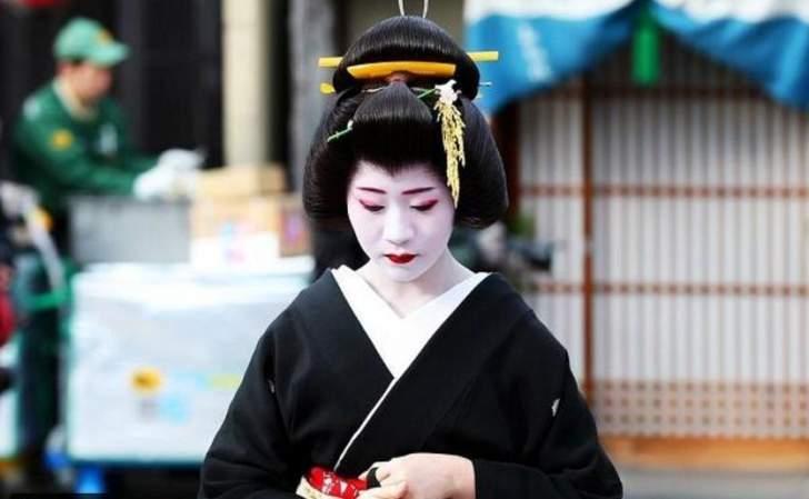 مدينة يابانية تفرض غرامة مالية على السياح لتفادي التصوير مع فتيات الجيش