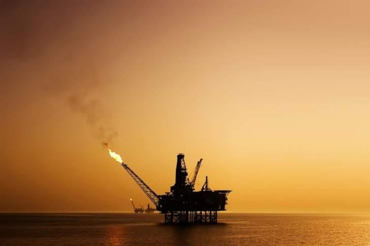 """أسعار النفط تتراجع.. """"برنت"""" يتماسك فوق مستوى 44 دولاراً للبرميل"""