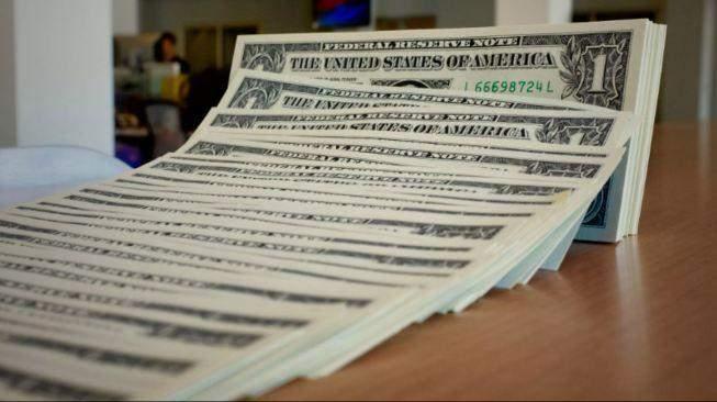 الدولار يتراجع إلى أدنى مستوى في عدة أعوام مقابل عملات رئيسية