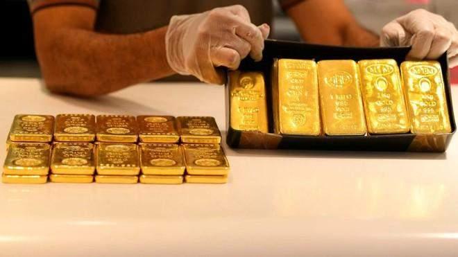 الذهب يواصل تراجعه وينخفض دون 1760 دولاراً للأوقية