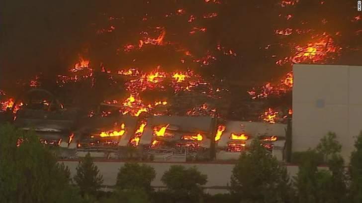 """حريق ضخم يلتهم مستودعات شركة """"أمازون"""" في كاليفورنيا"""