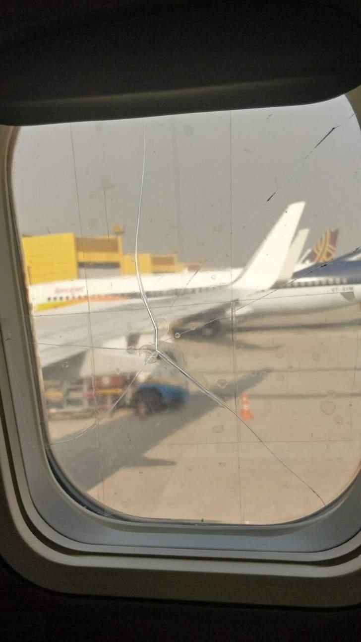 """طاقم طائرة تابعة لـ""""SpiceJet"""" يصلح تشققات نافذة مكسورة بطريقة غير متوقعة"""