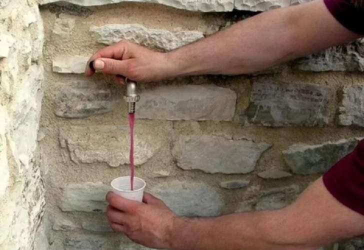 فتحوا صنابير المياه... فخرج منهاالنبيذ الأحمر بدلاً من الماء!