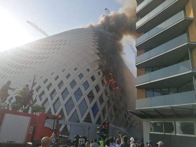 حريق داخل مجمع تجاري قيد الإنشاء في وسط بيروت
