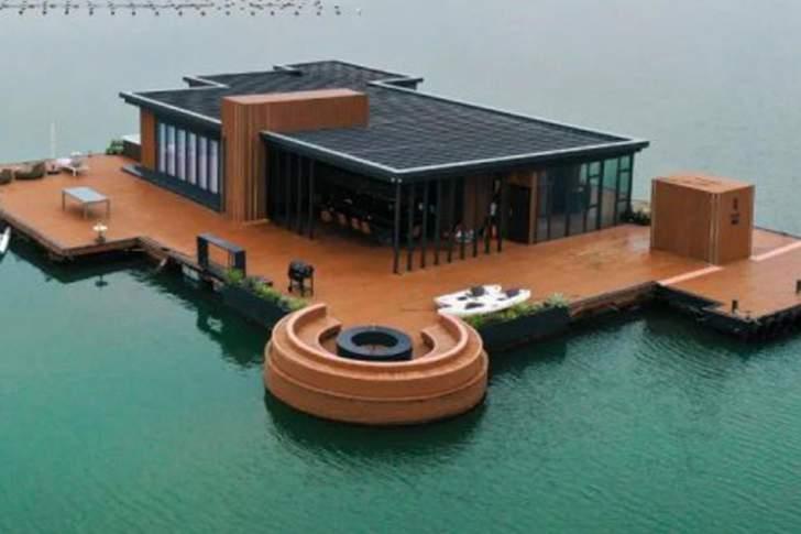 بـ45 ألف جنيه إسترليني فقطبنى هذا المنزل العائم!
