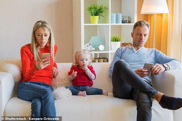 دراسة:الأطفال الذين يتجاهلهم الآباء بسبب هواتفهم أكثر عرضة لإدمان الم