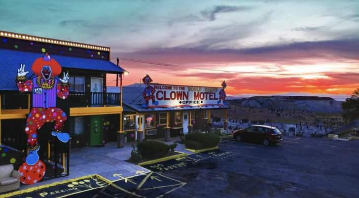 """تعرف الى """"Clown Motel""""...أكثر فندق مرعب في العالم!"""