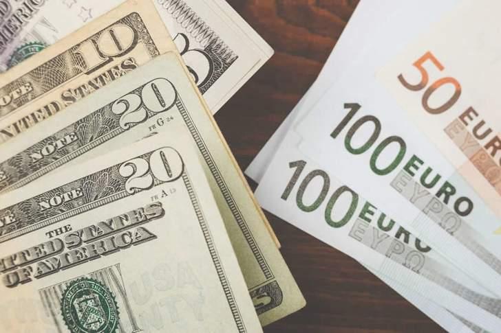 اليورو يخترق مستويات مقاومة.. والدولار قرب أدنى مستوى في عامين ونصف