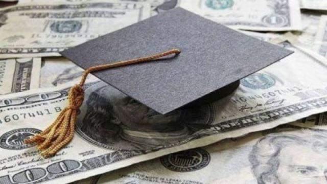 تجمع لأهالي الطلاب في الجامعات الأجنبية رفضا للمماطلة في تطبيق الدولار الطالبي