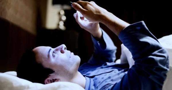 دراسة: الرد على الرسائل النصية قبل النوم يؤثر على ذاكرة المستخدمين